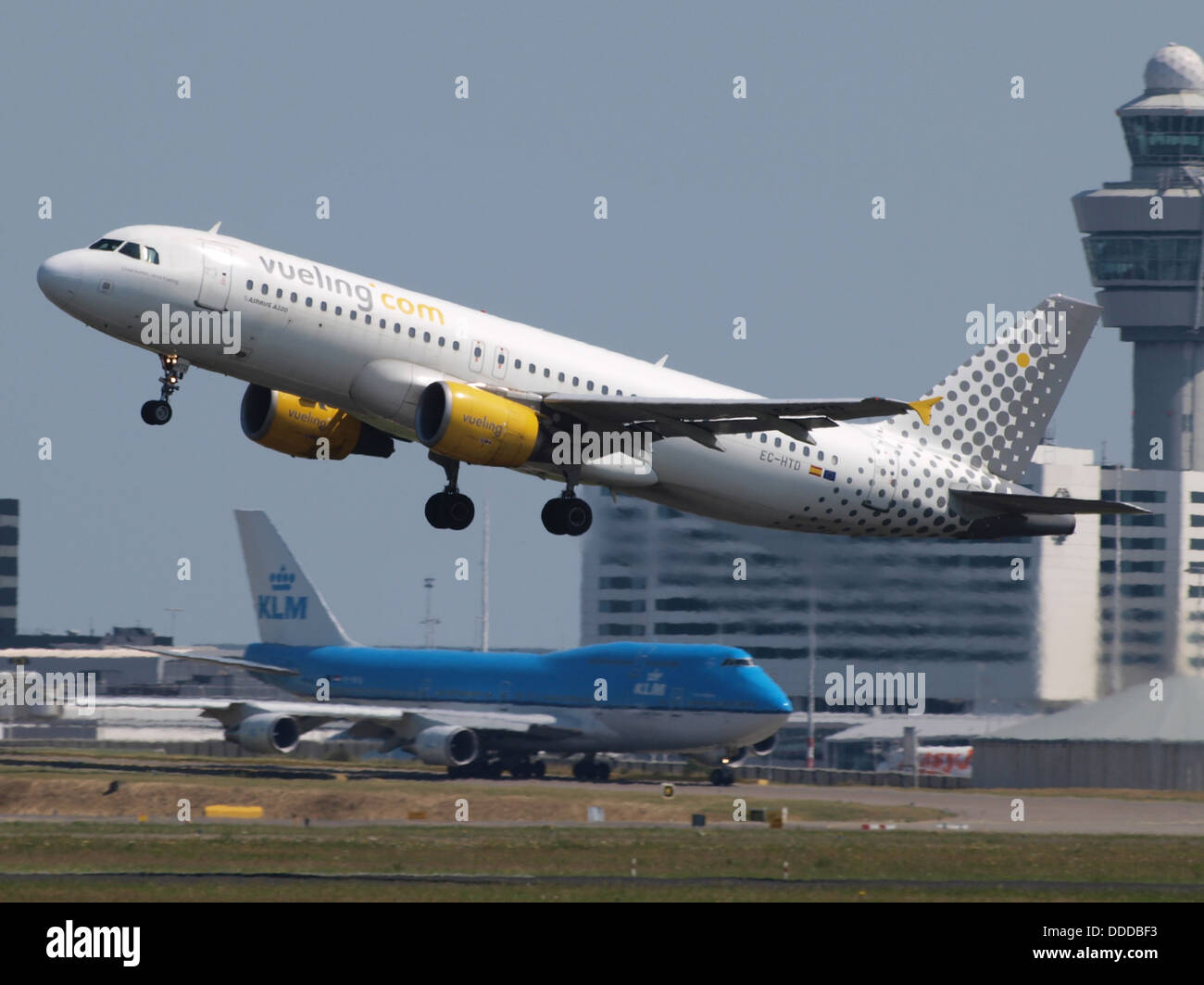 EC-HTD Vueling Airbus A320-214 - cn 1550 take-off 21July2013 pic-001 - Stock Image