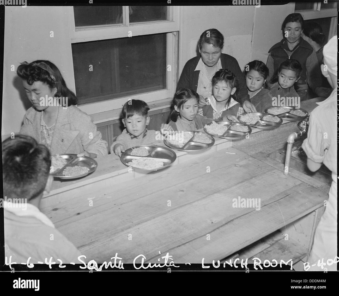 Arcadia, California. Meal time, cafeteria-style, for these children at Santa Anita assembly center . . . 537029 - Stock Image