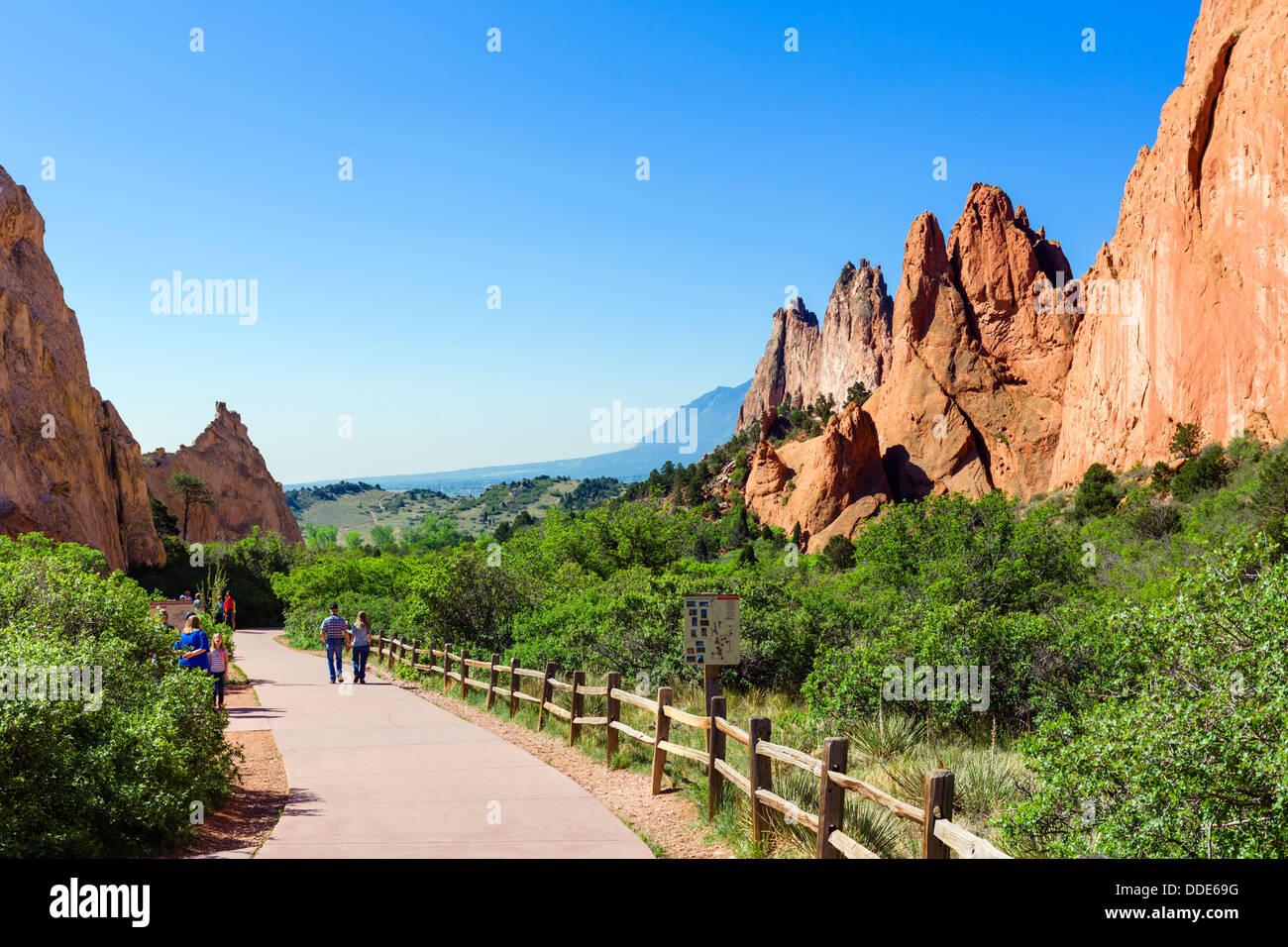 Walkers in the Garden of The Gods public park, Colorado Springs, Colorado, USA - Stock Image