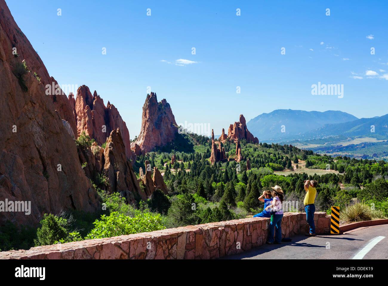 Family on the side of the road through Garden of The Gods public park, Colorado Springs, Colorado, USA - Stock Image