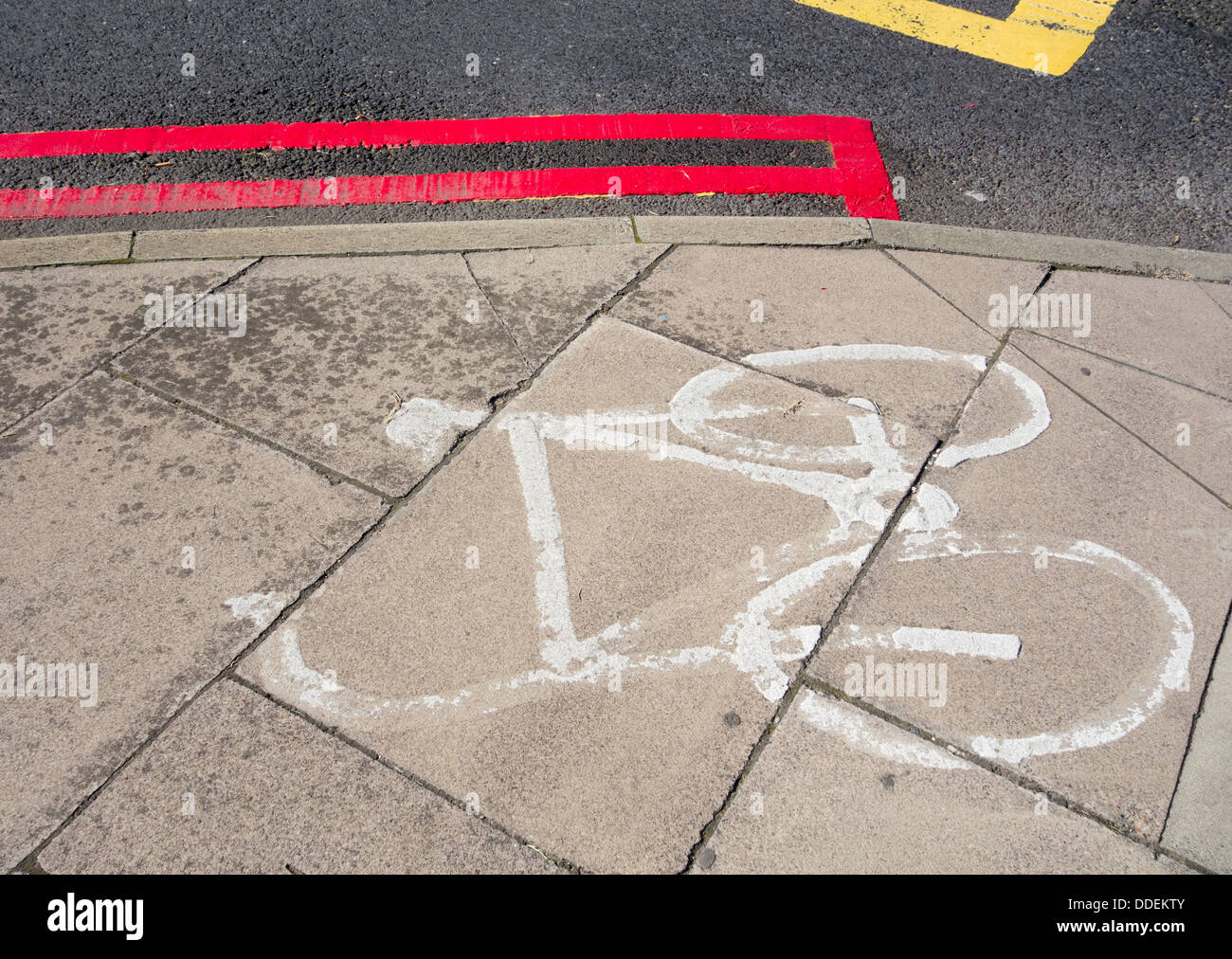 Double red lines near cycle lane at hospital entrance - Stock Image