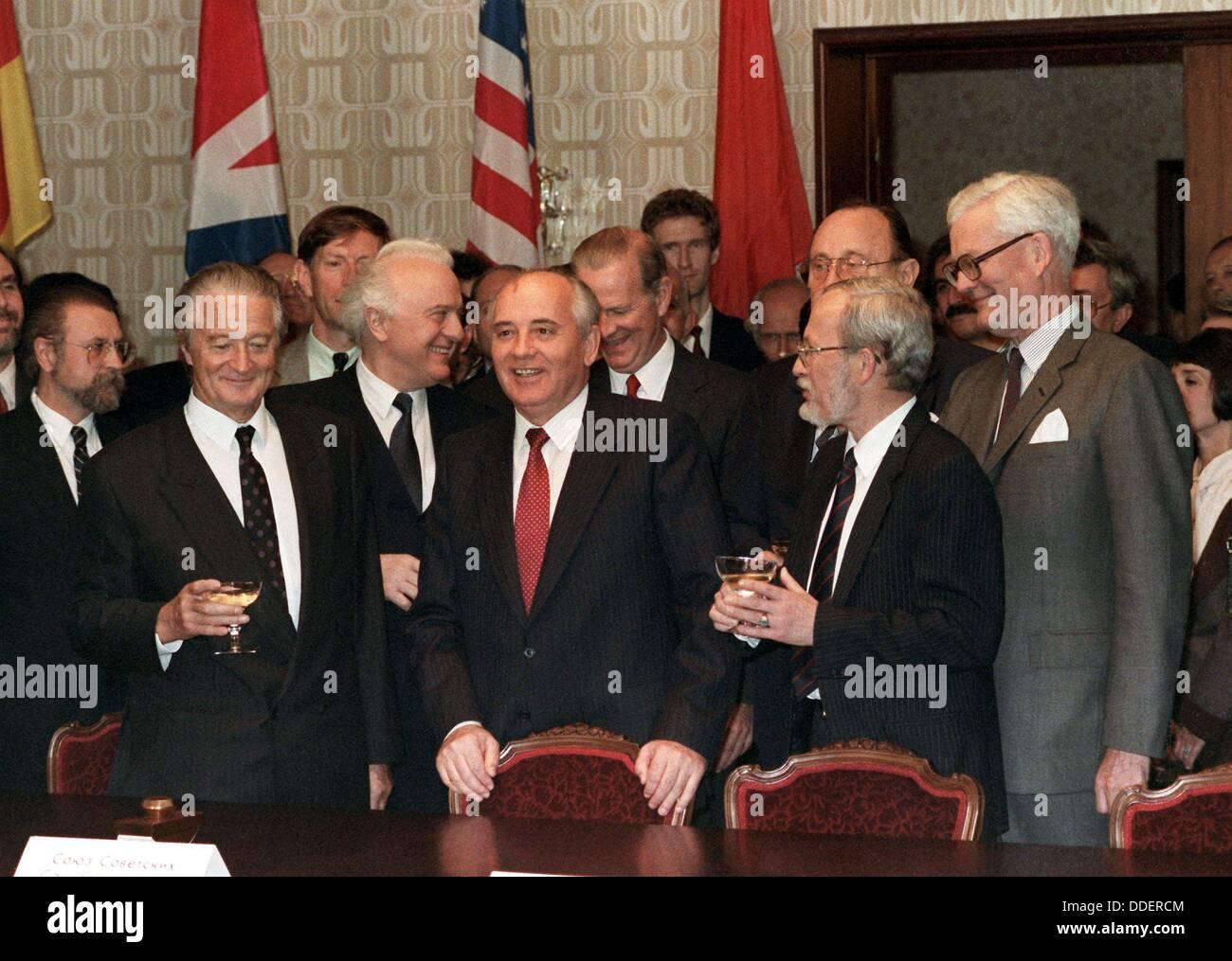 Foreign ministers (l-r) Roland Dumas (France), Eduard Schewardnadse (USSR), Soviet president Mikhail Gorbachev (m), - Stock Image