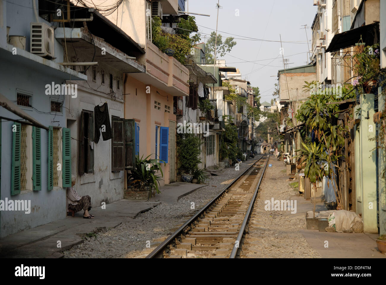 The rail tracks in the city centre of Hanoi run extremely close to teh houses. Since private houses couldn´t - Stock Image