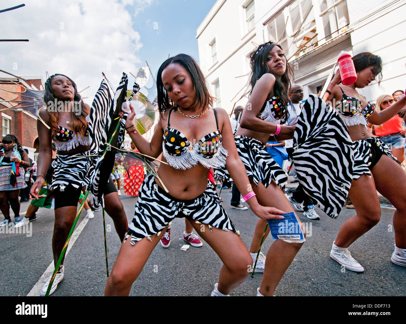 Group of young people dancing  in the parade at Notting Hill Carnival - Stock Image