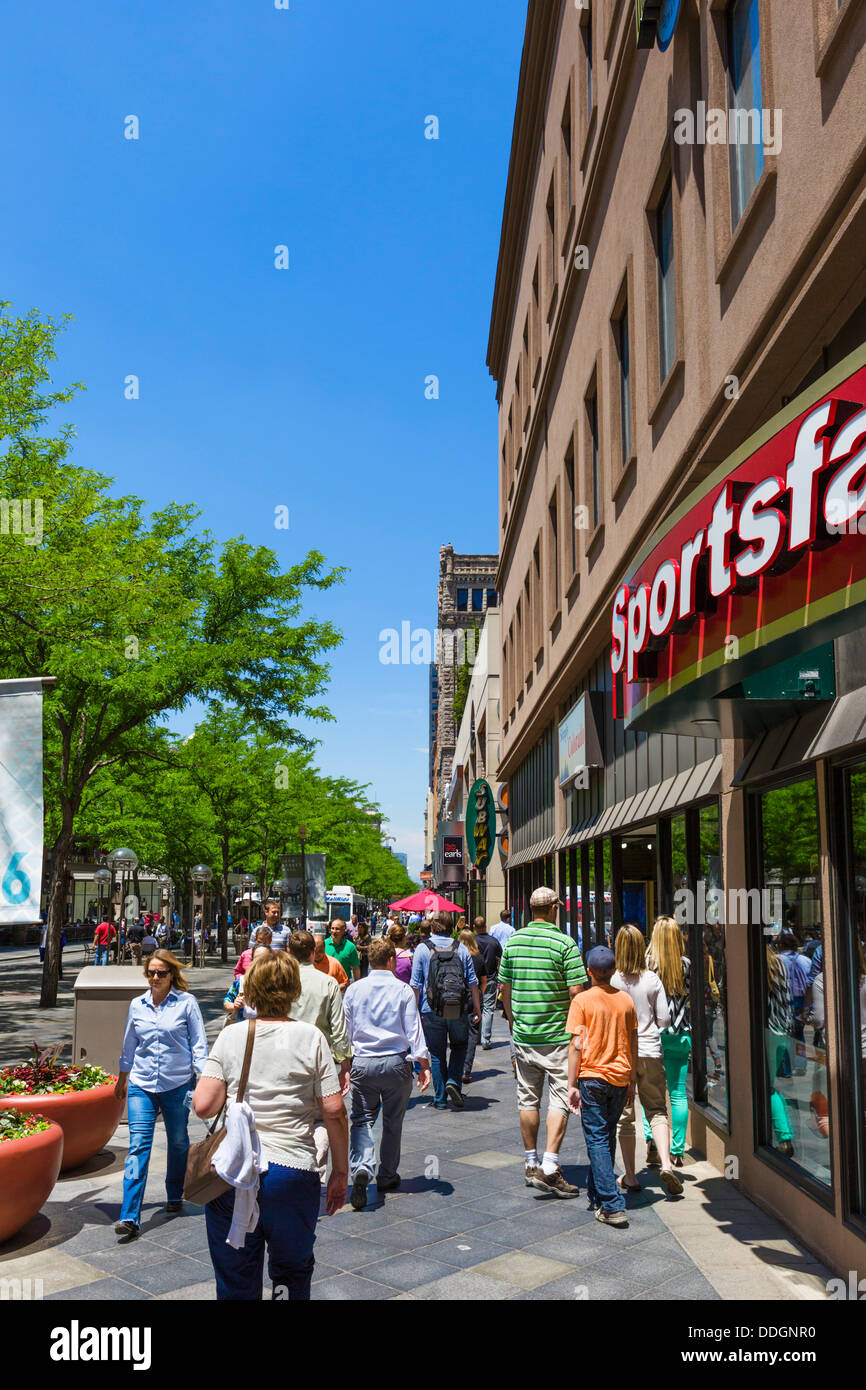 Shoppers on the pedestrianized 16th Street Mall in downtown Denver, Colorado, USA - Stock Image