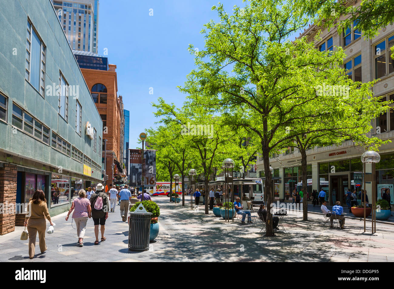 Shoppers on the pedestrianised 16th Street Mall in downtown Denver, Colorado, USA - Stock Image