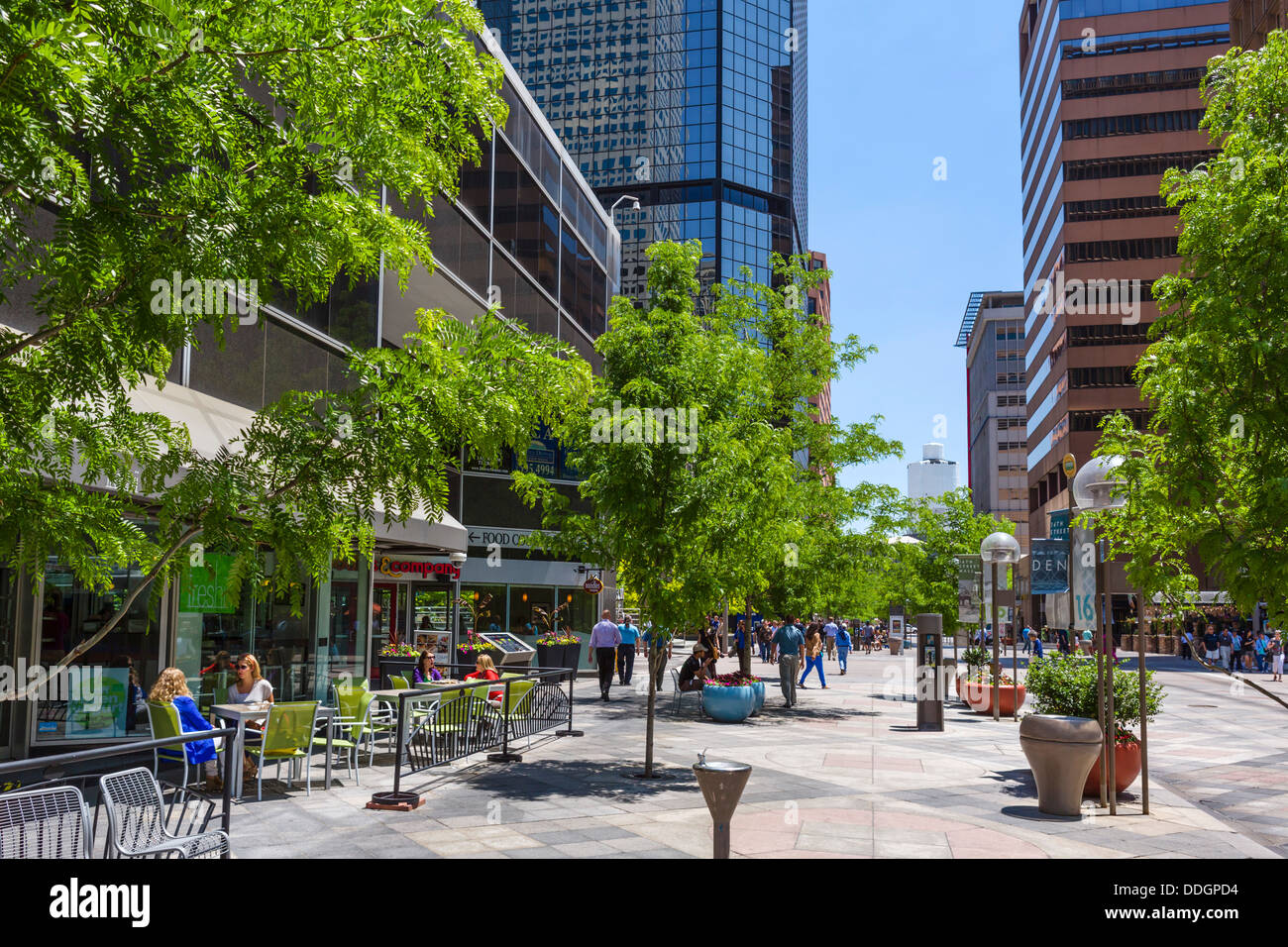 Cafe and shops on the pedestrianised 16th Street Mall in downtown Denver, Colorado, USA - Stock Image