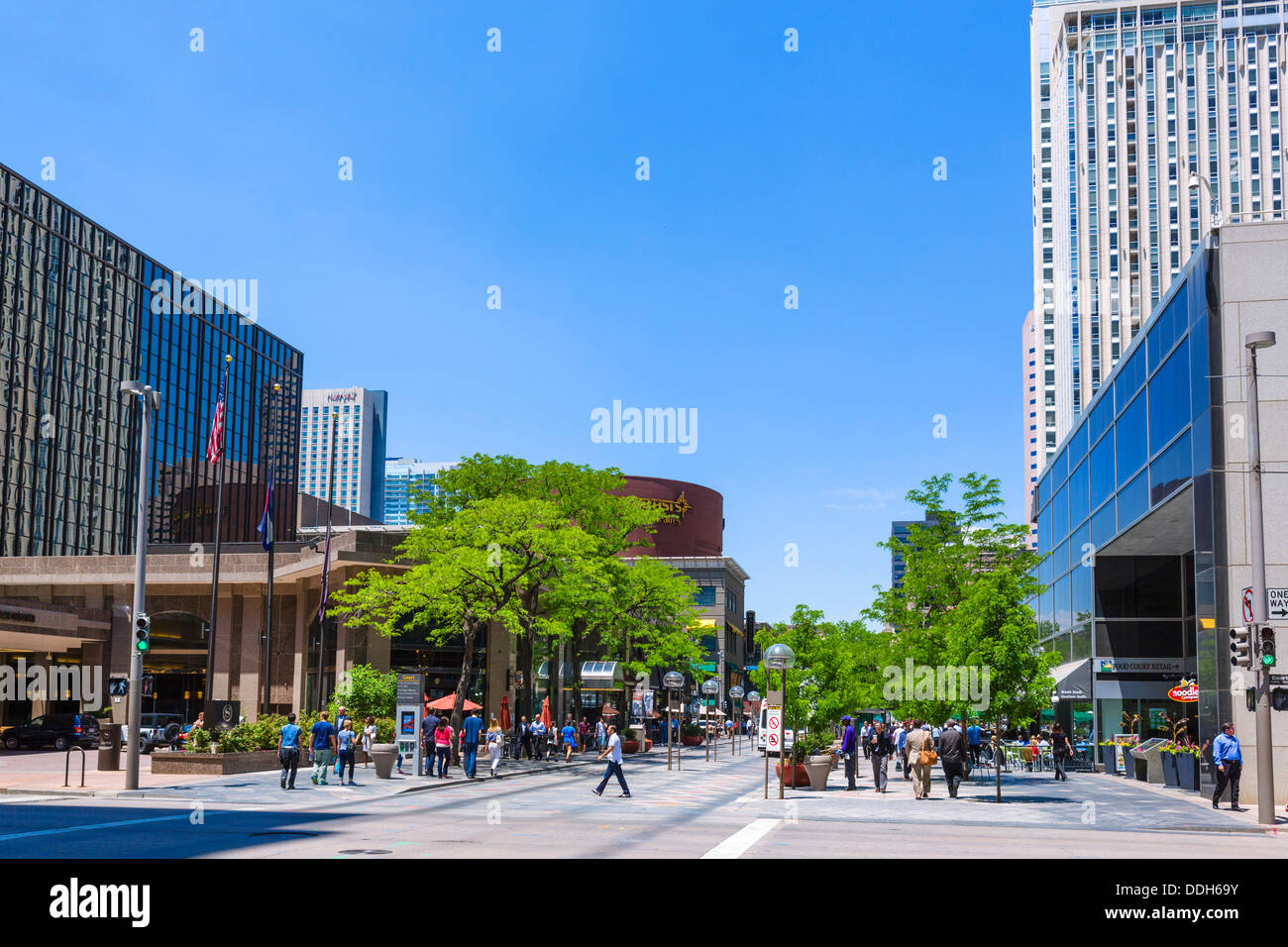 Hotels, shops and office buildings on the pedestrianised 16th Street Mall in downtown Denver, Colorado, USA - Stock Image
