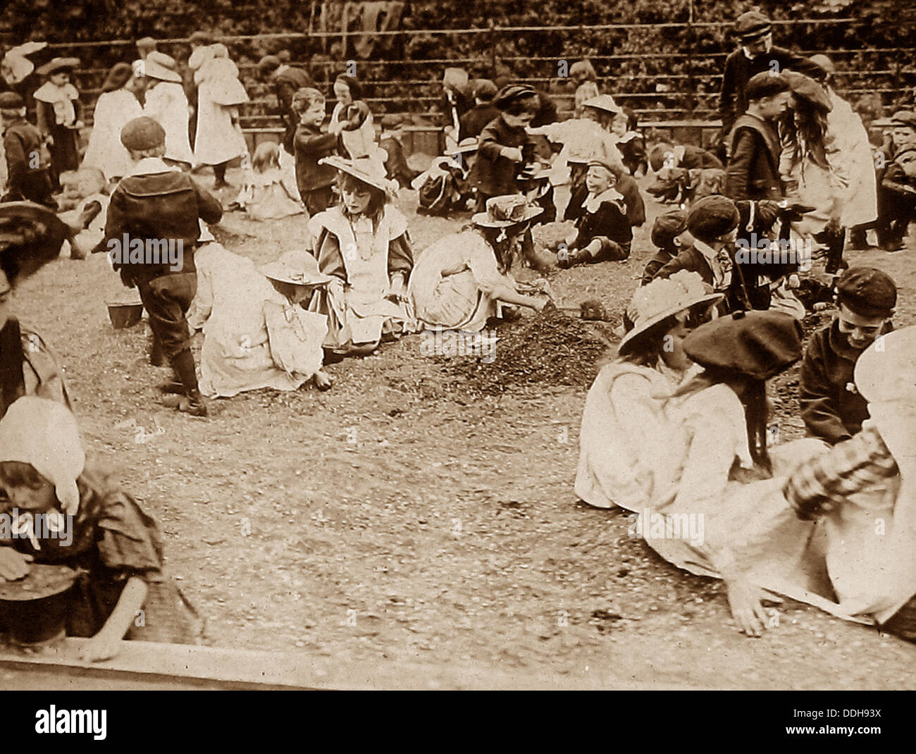 London Regent's Park - The Poor Children's Sandpit in 1908 Stock Photo