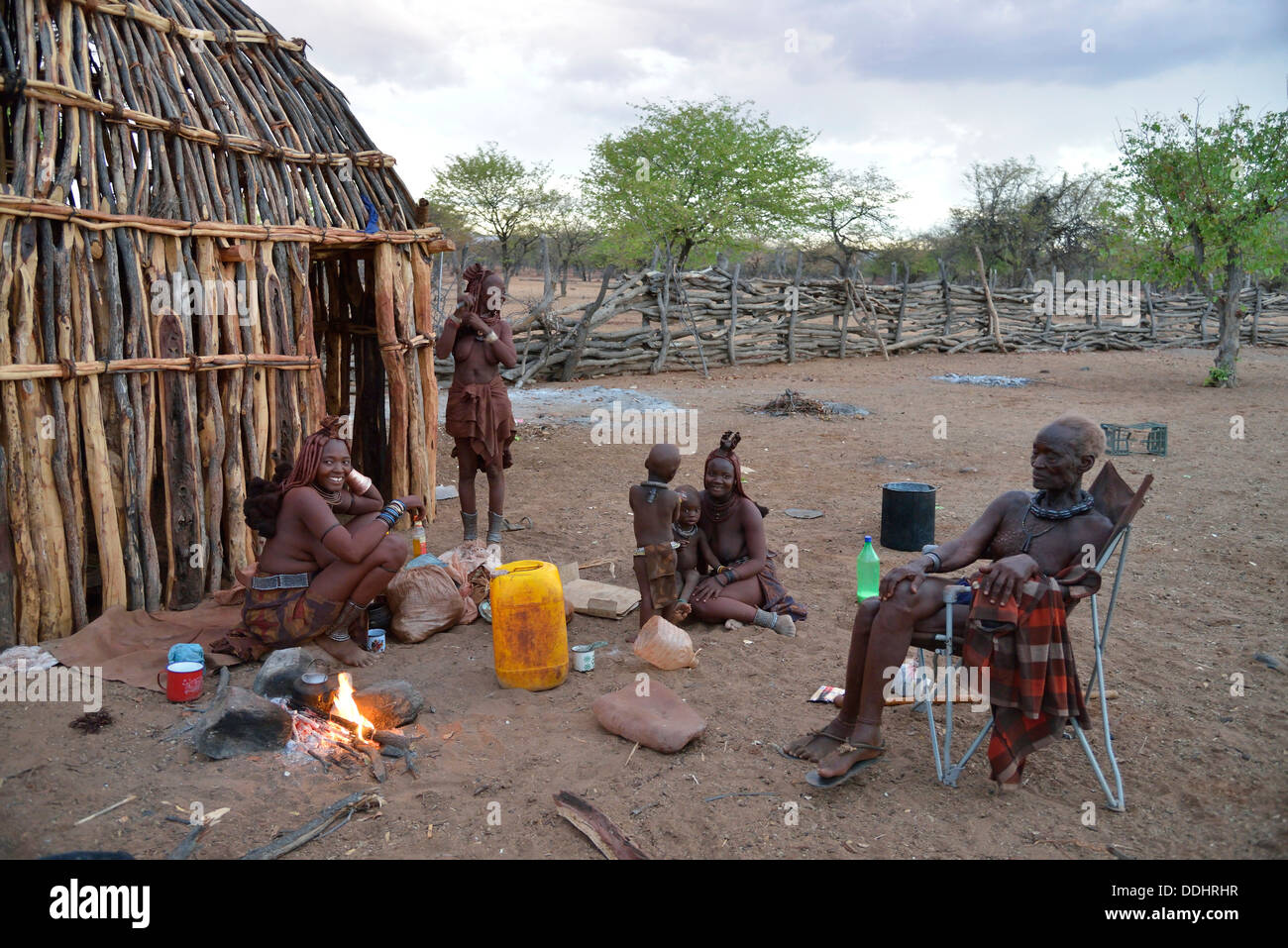Chief Hikuminue Kapika, chief of the Namibian Himba, with his family at the fire in his kraal - Stock Image