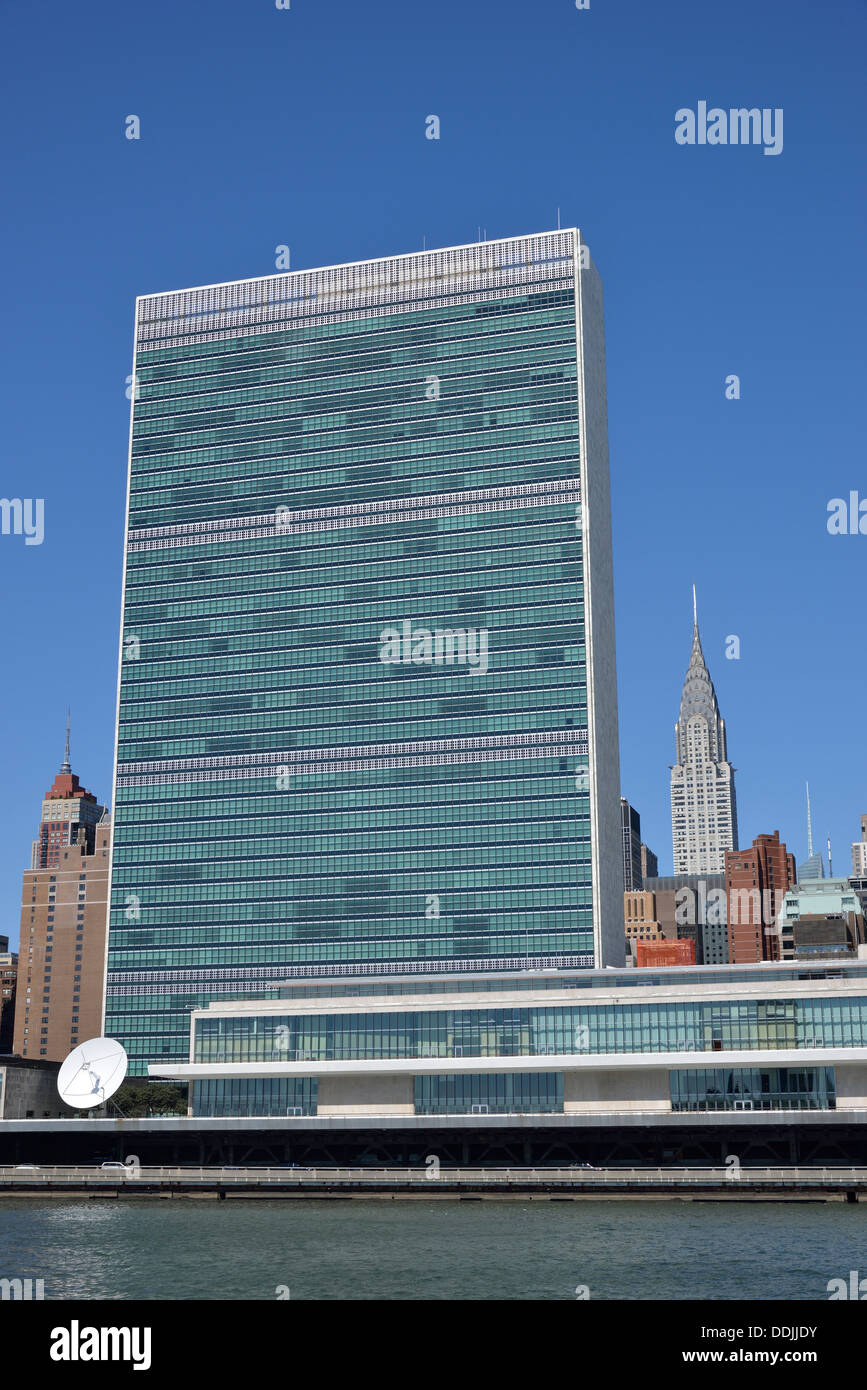 United Nations Headquarters with Empire State Building in Backgrund, Manhattan, New York City, New York, USA - Stock Image
