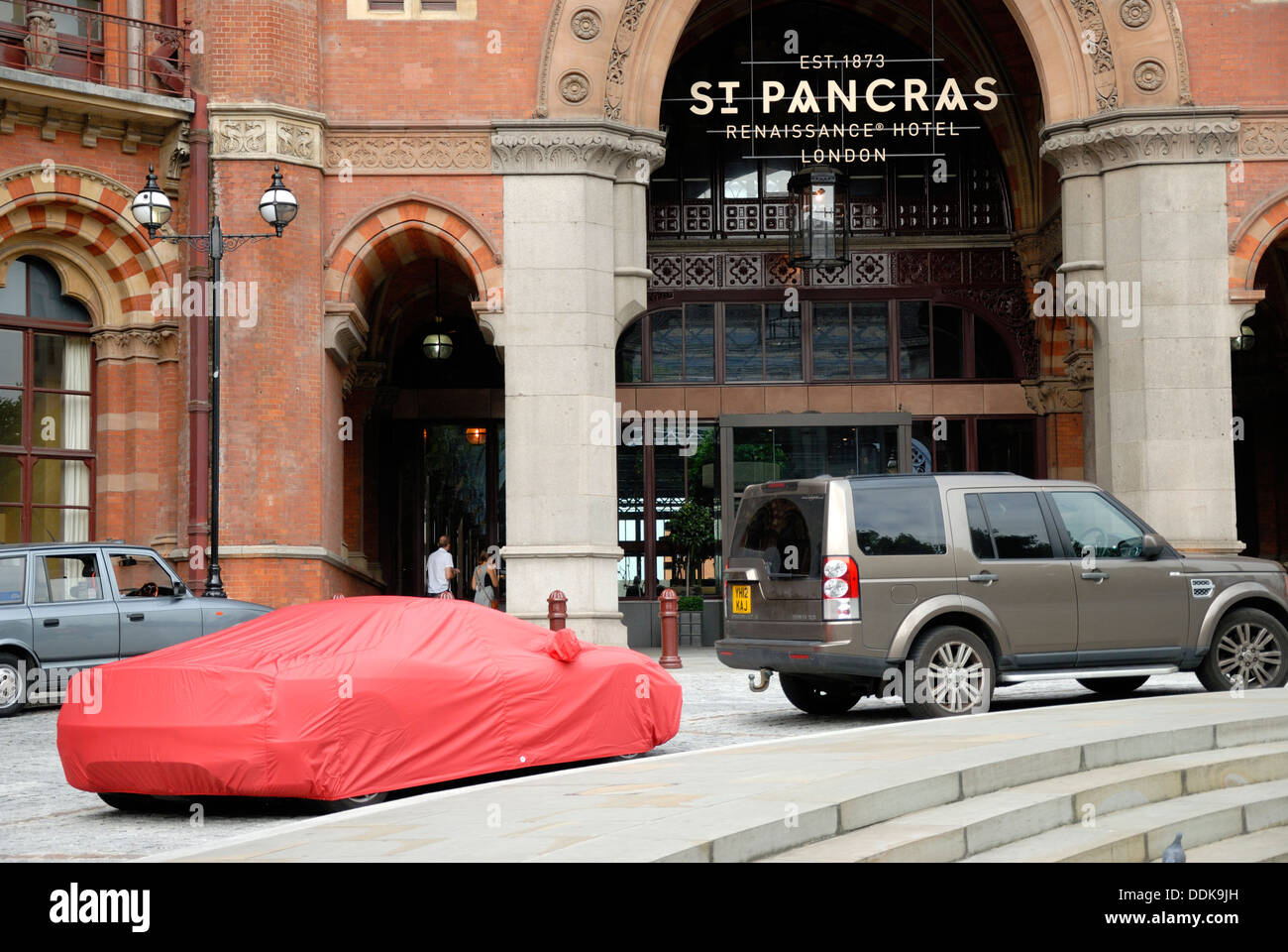 London, England, UK. Car under red cover outside St Pancras Station - Stock Image