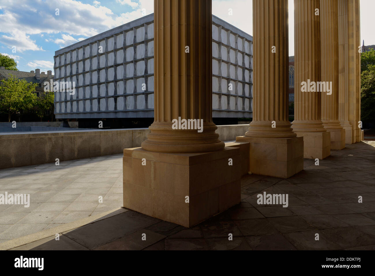 Beinecke rare book library, at Yale university, seen through stone columns of Yale Commons. - Stock Image