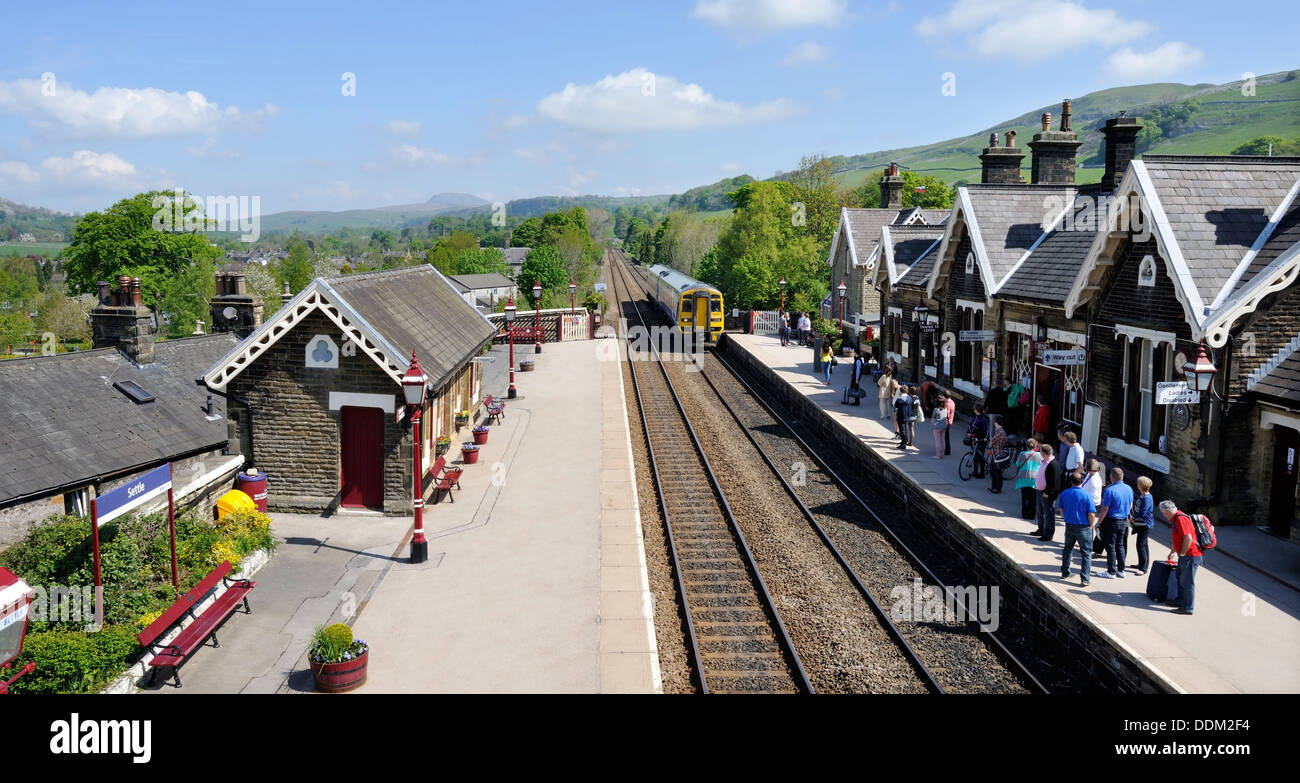 The Carlisle to Leeds train approaching the Southbound platform at Settle station, Yorkshire Dales National Park, England - Stock Image