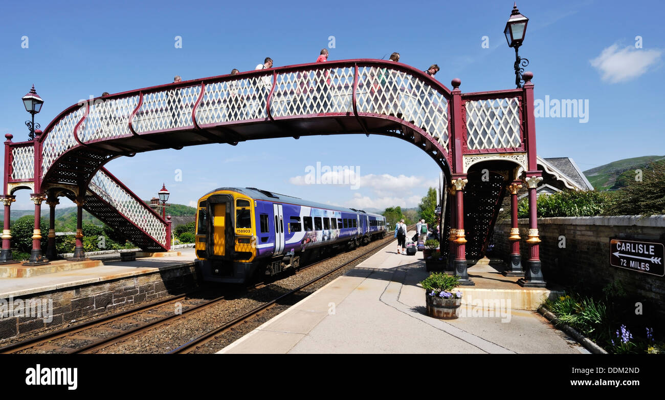 Passengers leaving the Leeds to Carlisle train at Settle station, Yorkshire Dales National Park, England - Stock Image