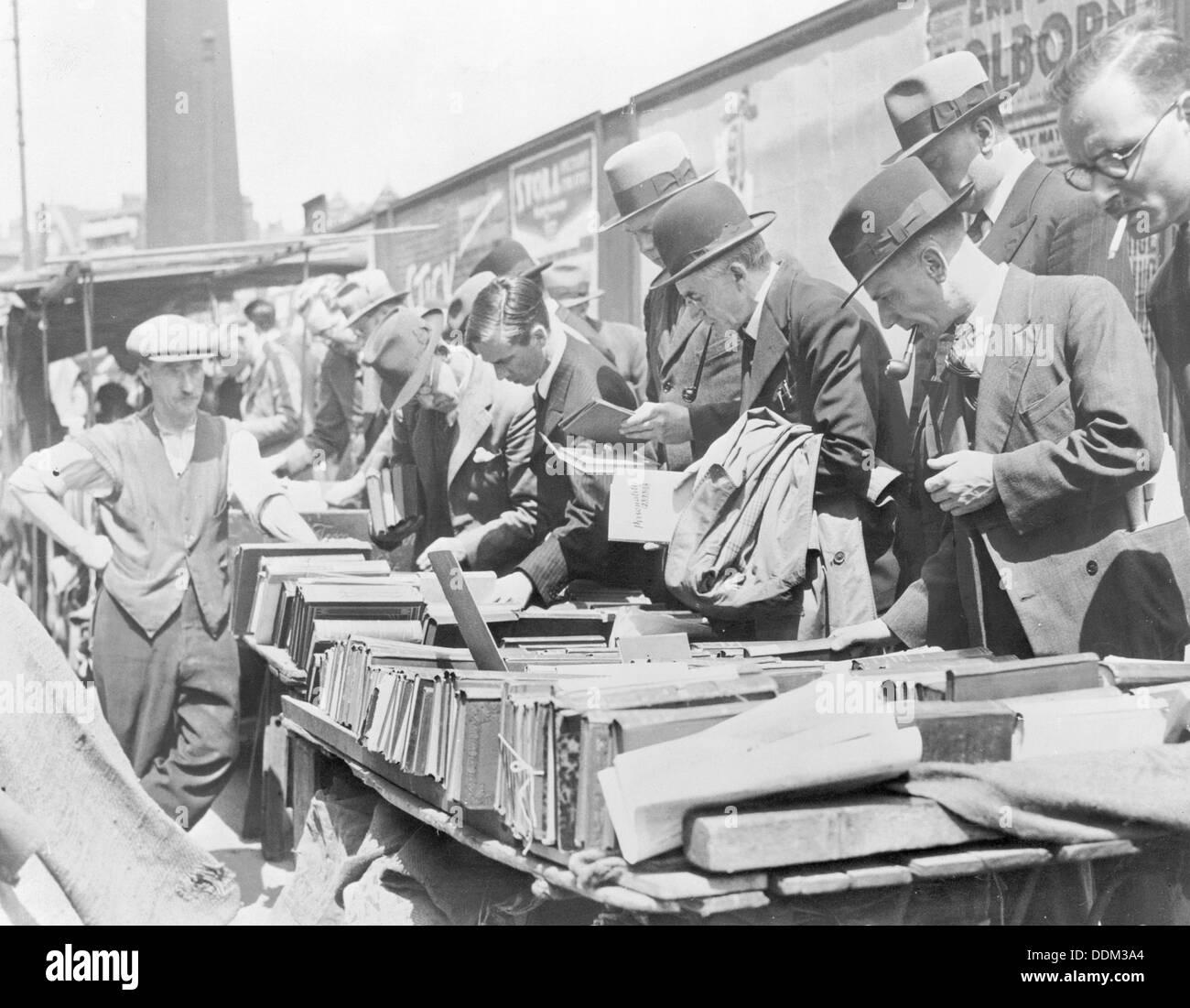 Booksellers in Farringdon Road, London. Artist: John H Stone - Stock Image