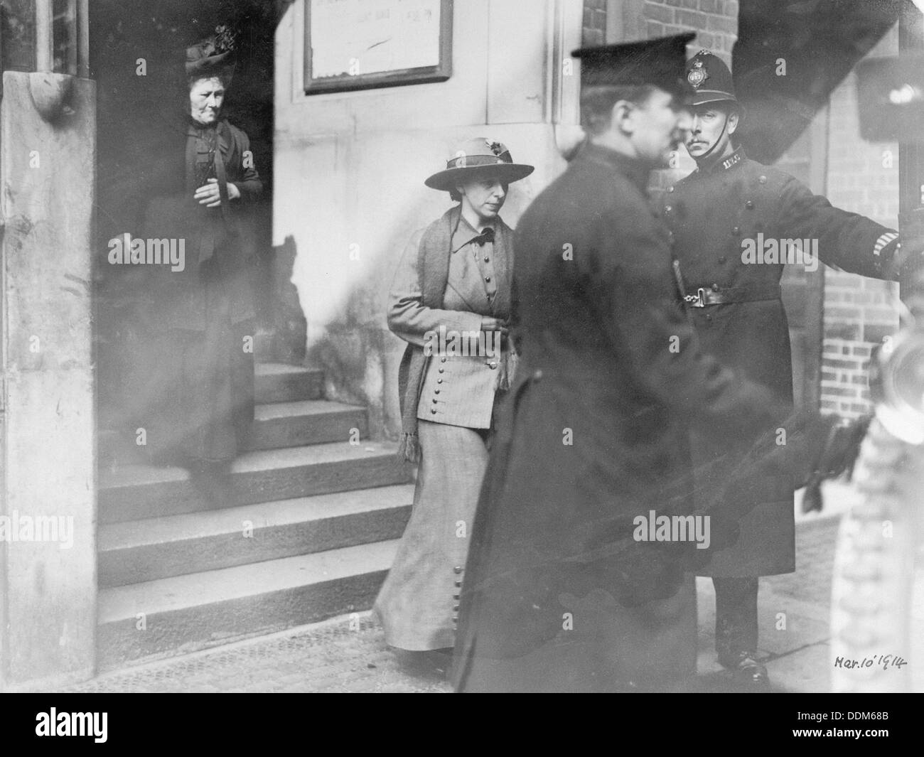'Slasher' Mary Richardson leaving court, 1914. - Stock Image