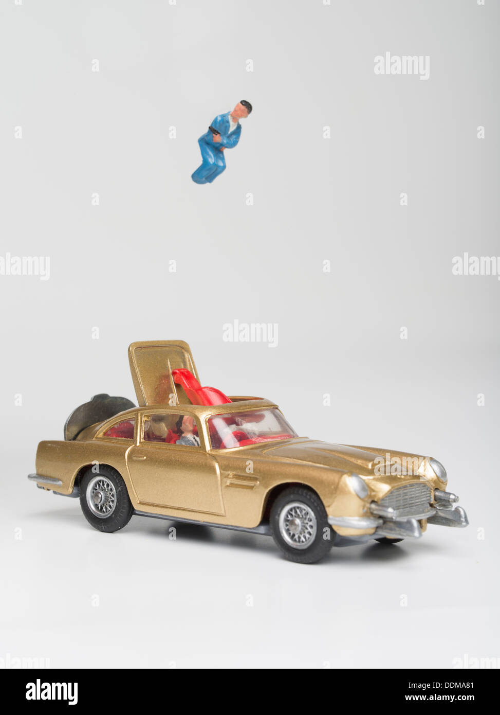 Corgi Toys (261) Die-cast Model of James Bond\'s Aston Martin DB5 in ...