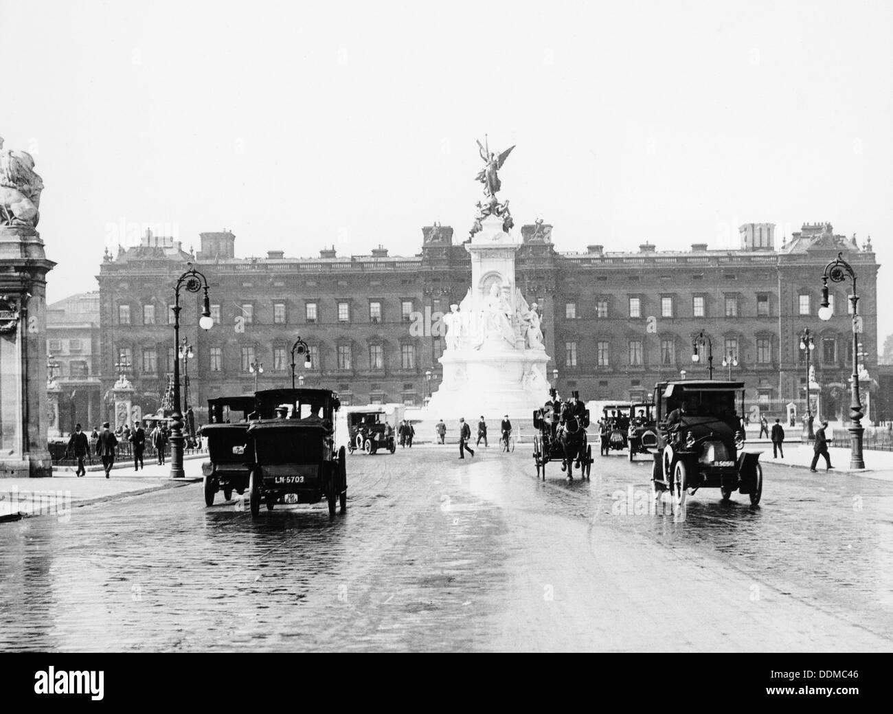 Buckingham Palace and the Mall, London, 1910. - Stock Image