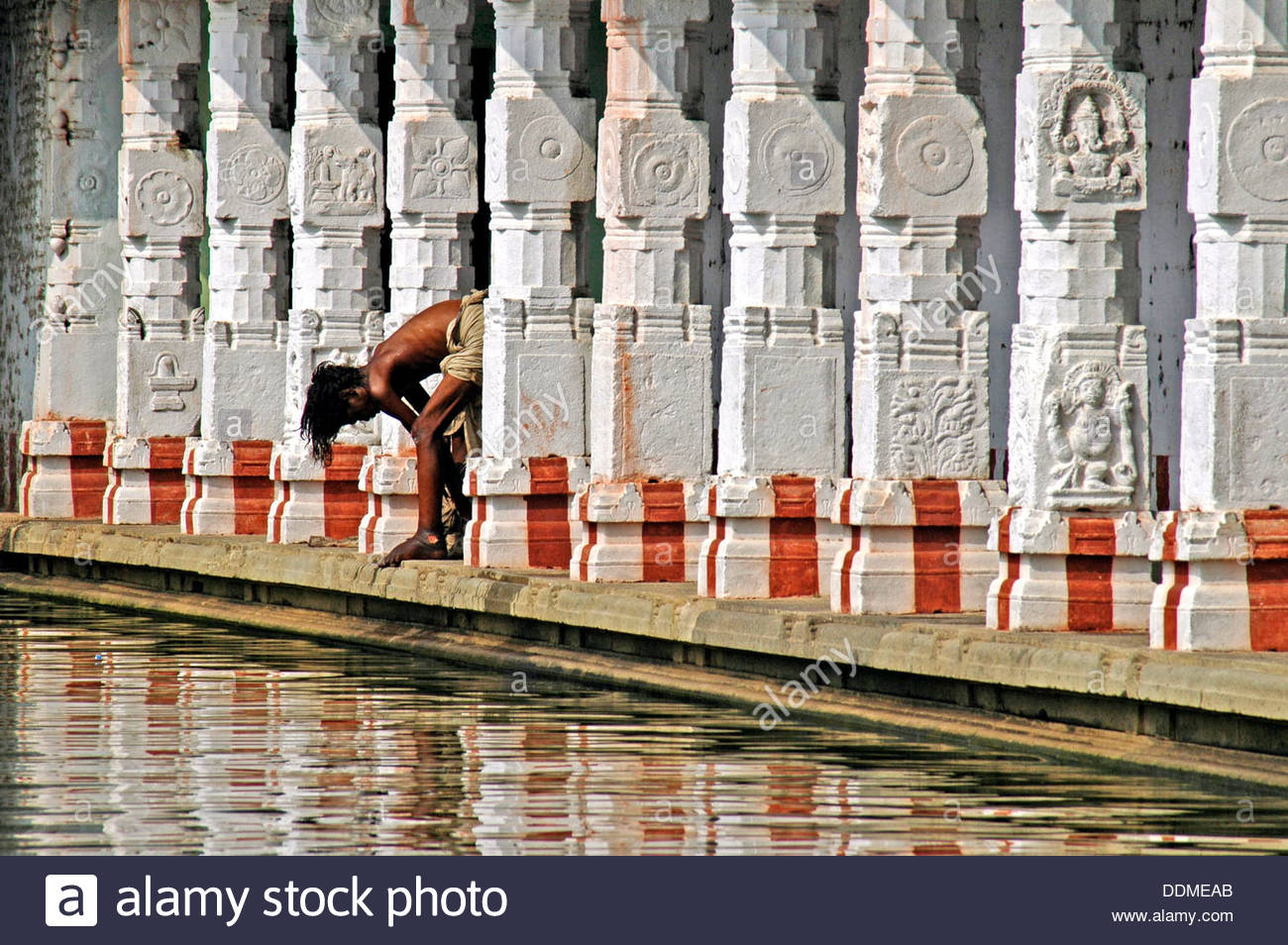 Colonnade and bather, Sarangapani Vishnu Temple, Kumbakonam, Tamil Nadu, India. - Stock Image