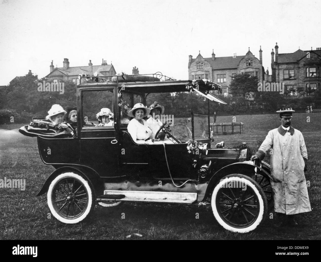 People with a 1914 Model T Ford , 1914. - Stock Image