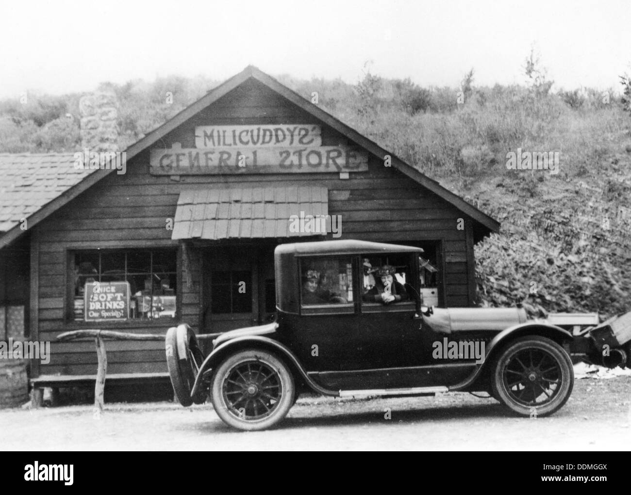 1916 Cadillac V8 car, parked outside a general store, USA, (c1916?). - Stock Image