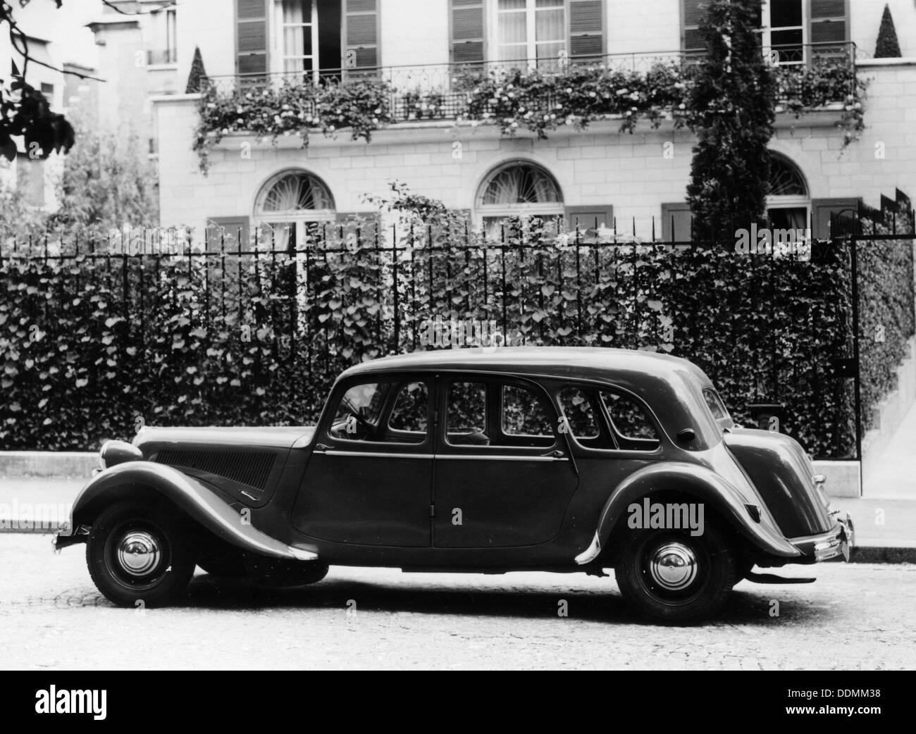 1954 Citroën 15CV Familiale parked outside a house. - Stock Image