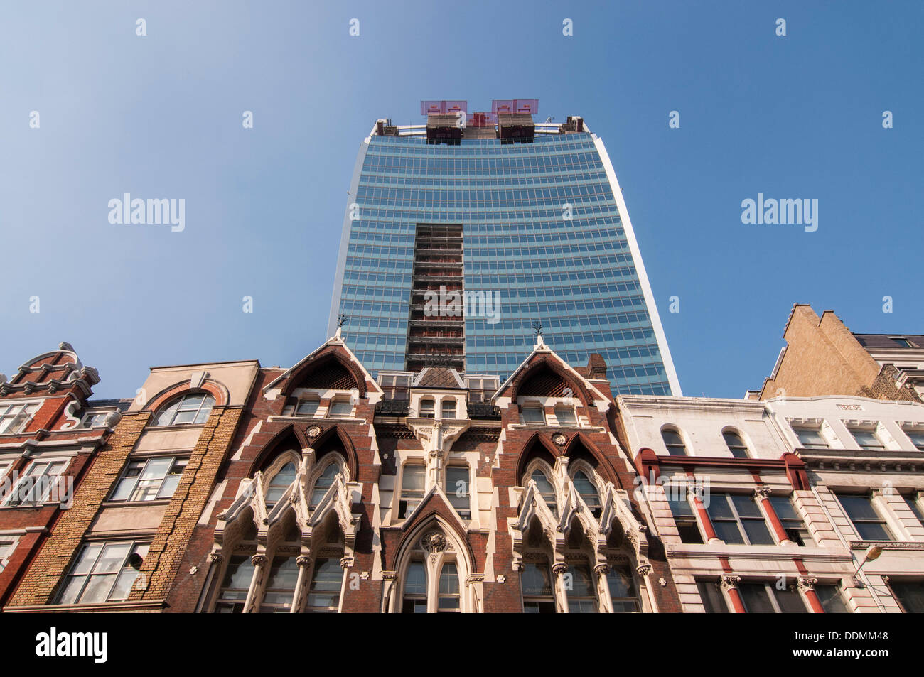 London, UK. 4th Sept, 2013. The building officially known as 20 Fenchurch Street, but more commonly known as the 'Walkie Talkie' building has earned the unenviable reputation of reflecting afternoon sunlight down onto the street due to its concave glass exterior. Credit:  Stephen Chung/Alamy Live News - Stock Image