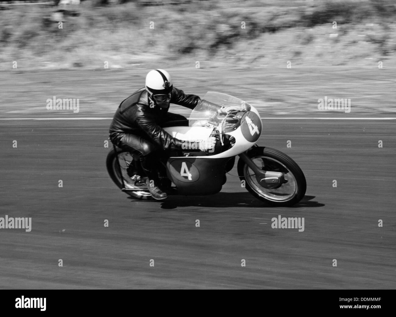 An Ariel 250 racing at Snetterton, Norfolk, 1962. - Stock Image