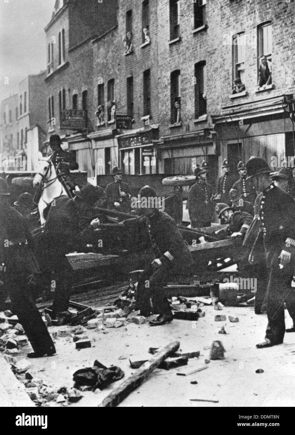 Police dismantle an anti-Fascist barricade, East London, 4th October 1936. - Stock Image
