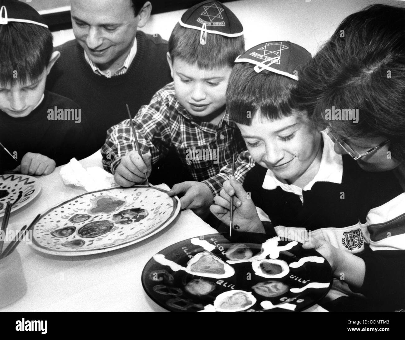 Children at Passover, Kingston, London, 29 March 1998. - Stock Image
