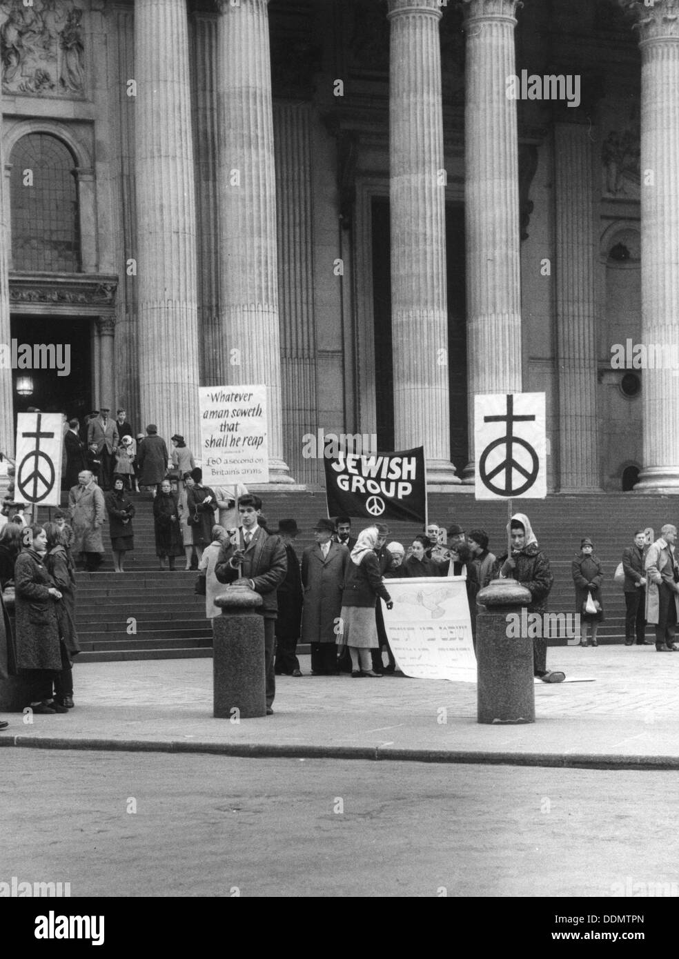 Jewish CND group at St Paul's Cathedral, London, 27 March 1964. Artist: EH Emanuel - Stock Image