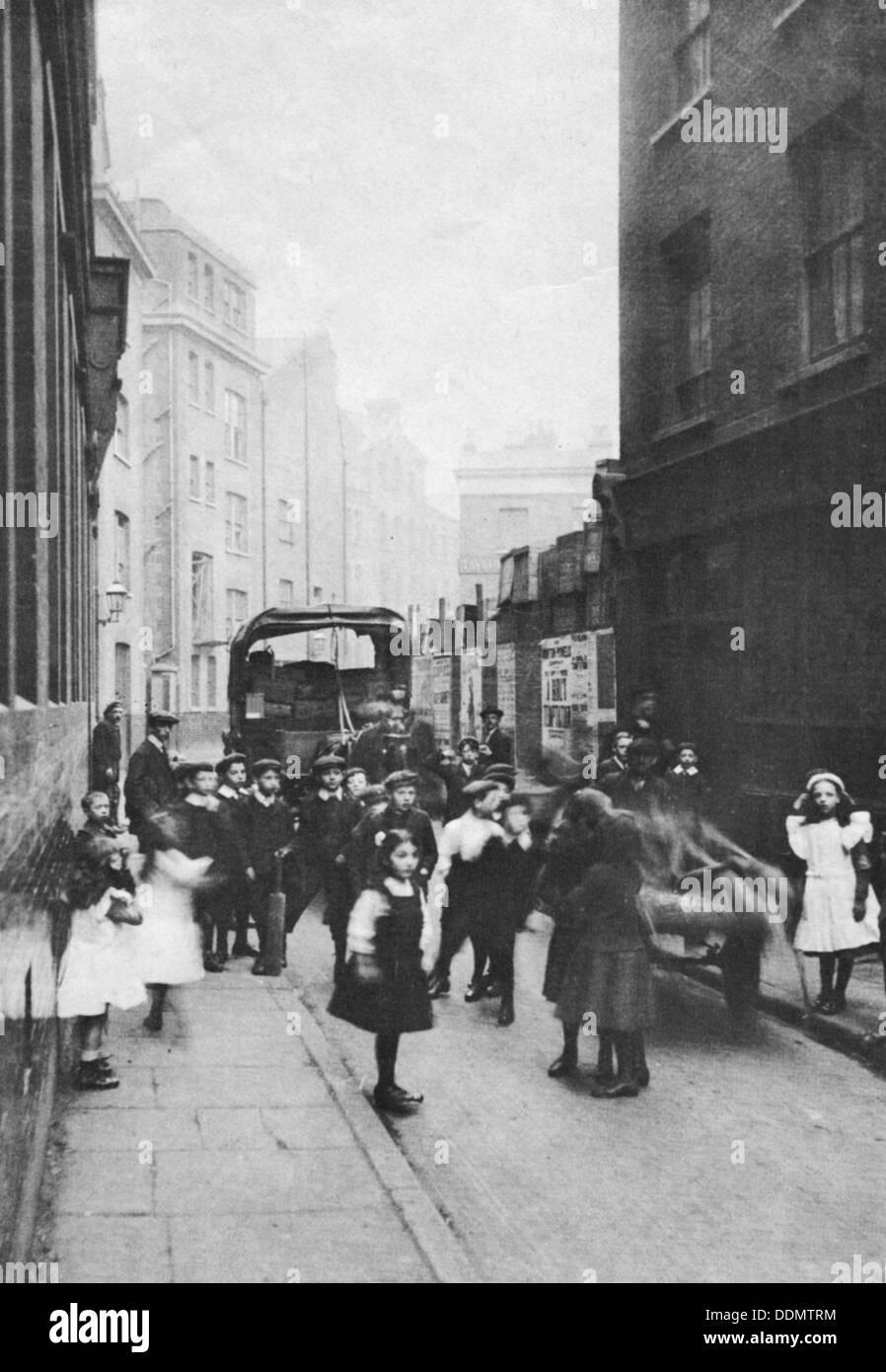 East End street scene, London, 1912. - Stock Image