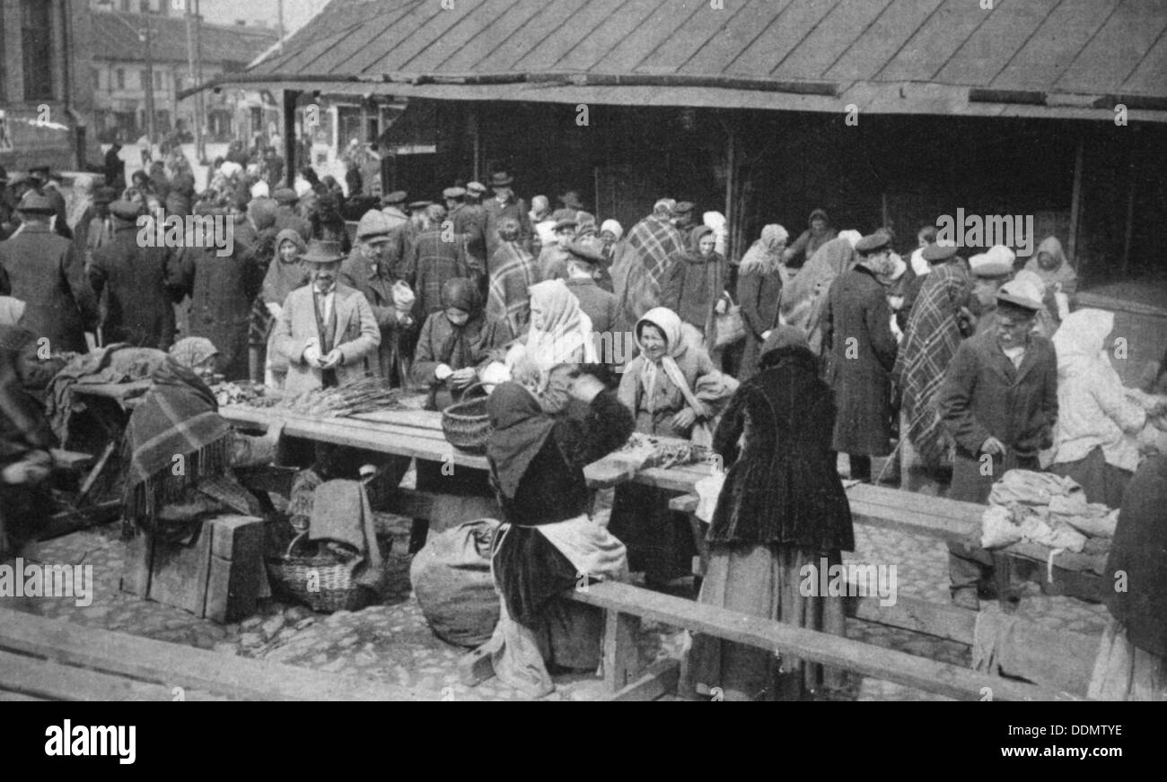 Market at Novgorod, Russia, (c1900?). - Stock Image