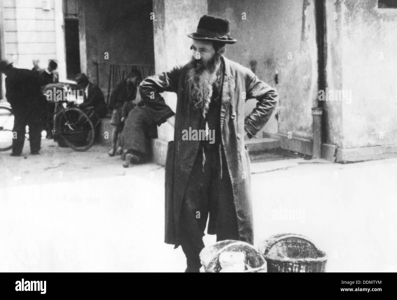 Jewish peddler selling potatoes, Warsaw Ghetto, Poland, World War II, 1940-1945. - Stock Image