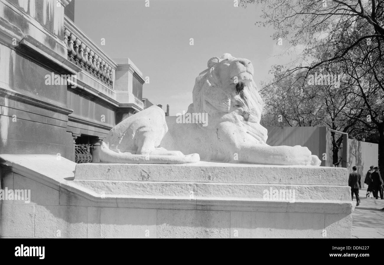 Coade lion, Westminster Bridge Road, Lambeth, London. Artist: Eric de Maré Stock Photo