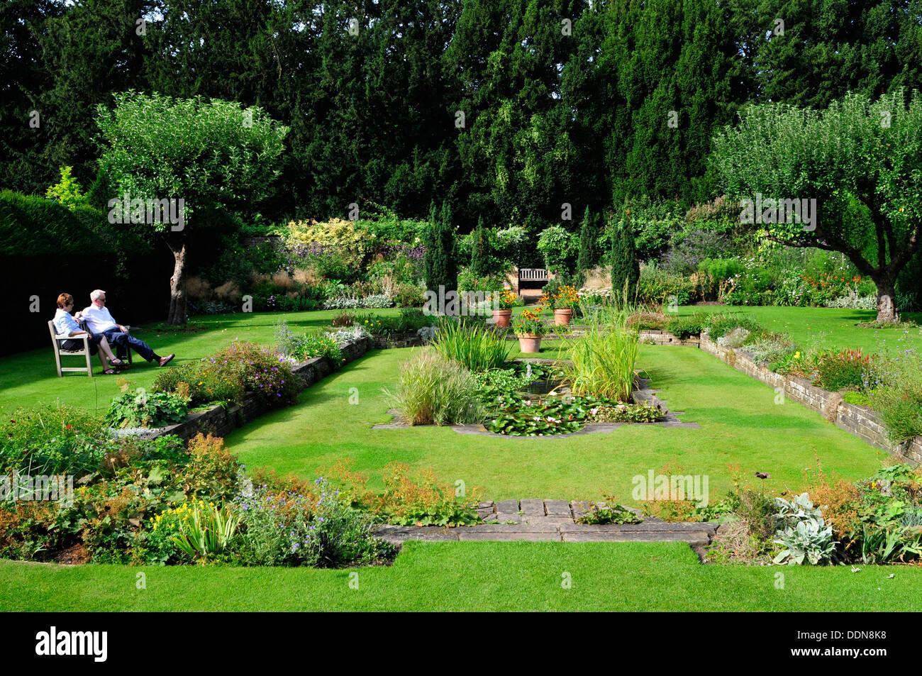 A couple sitting on a bench, Fellows Garden, Cambridge University, UK - Stock Image
