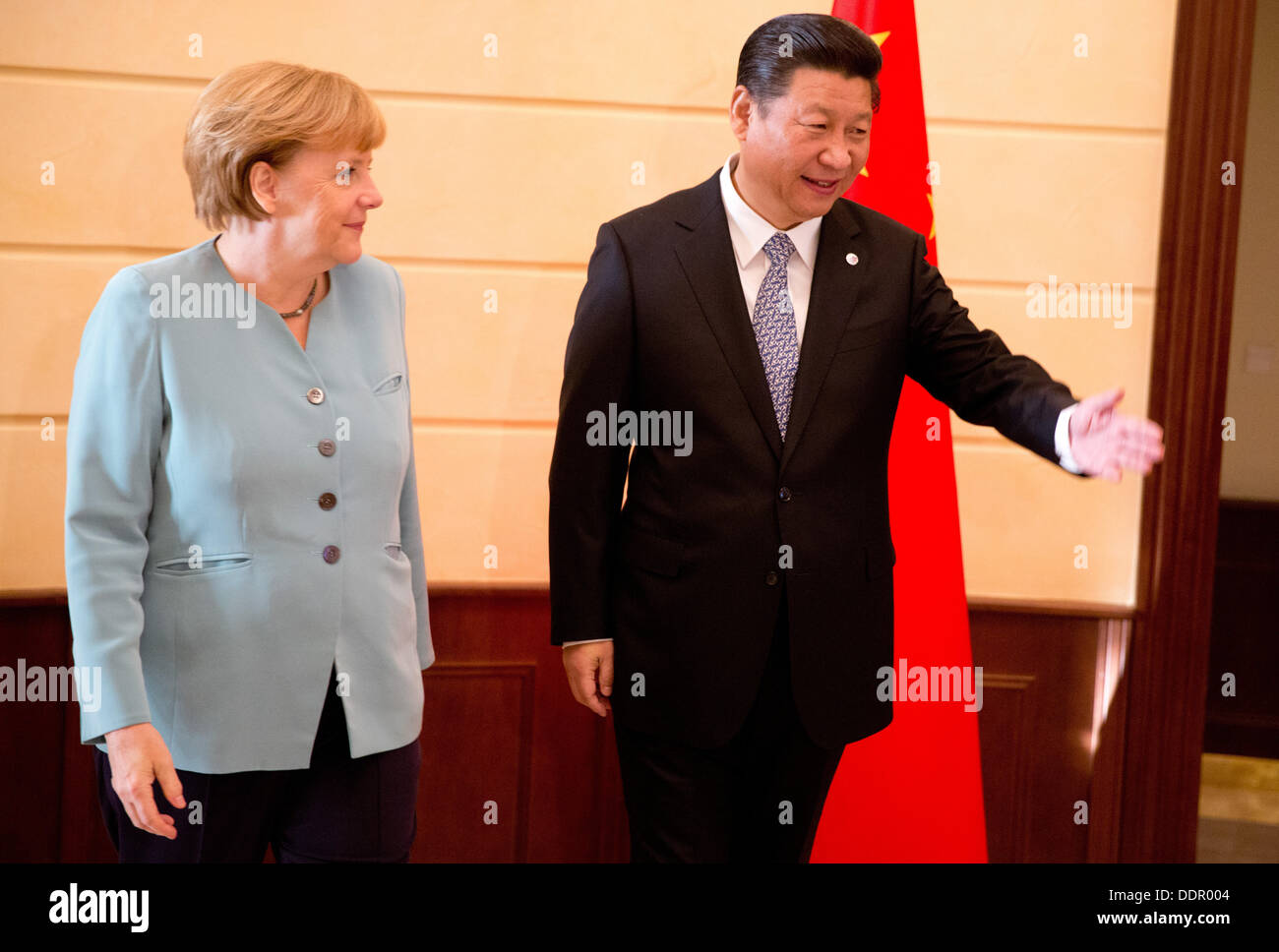 St. Petersburg, Russia. 06th Sep, 2013. German Chancellor Angela Merkel is welcomed by China's President Xi Jingping Stock Photo