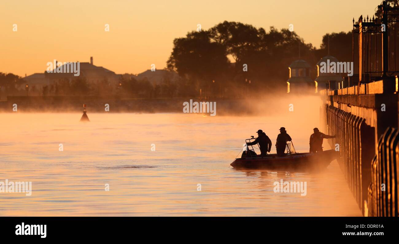 St. Petersburg, Russia. 06th Sep, 2013. Policemen by boat secure the G20 summit. The G20 summit takes place from Stock Photo