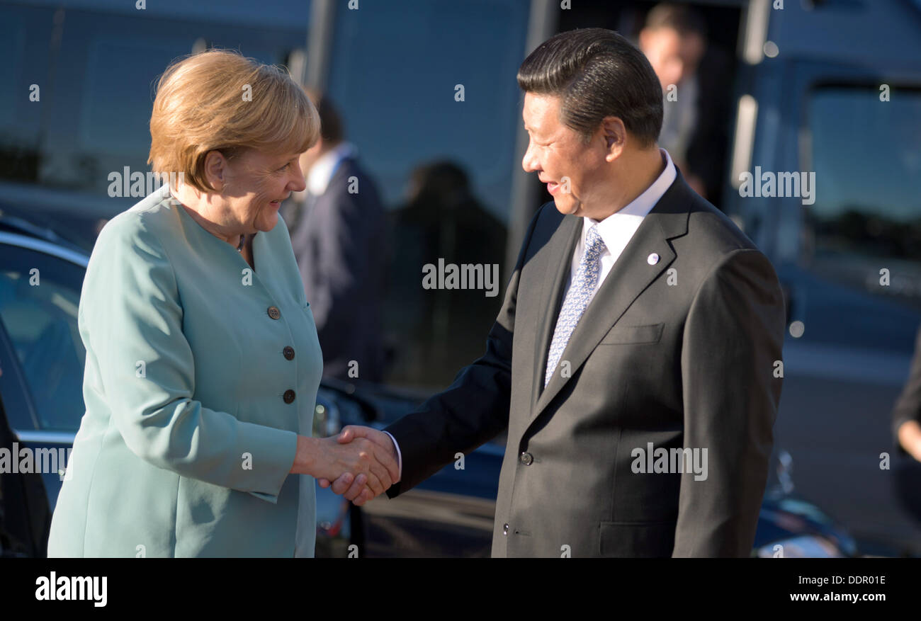 St. Petersburg, Russia. 06th Sep, 2013. German Chancellor Angela Merkel is welcomed by Chinese president Xi Jingping Stock Photo
