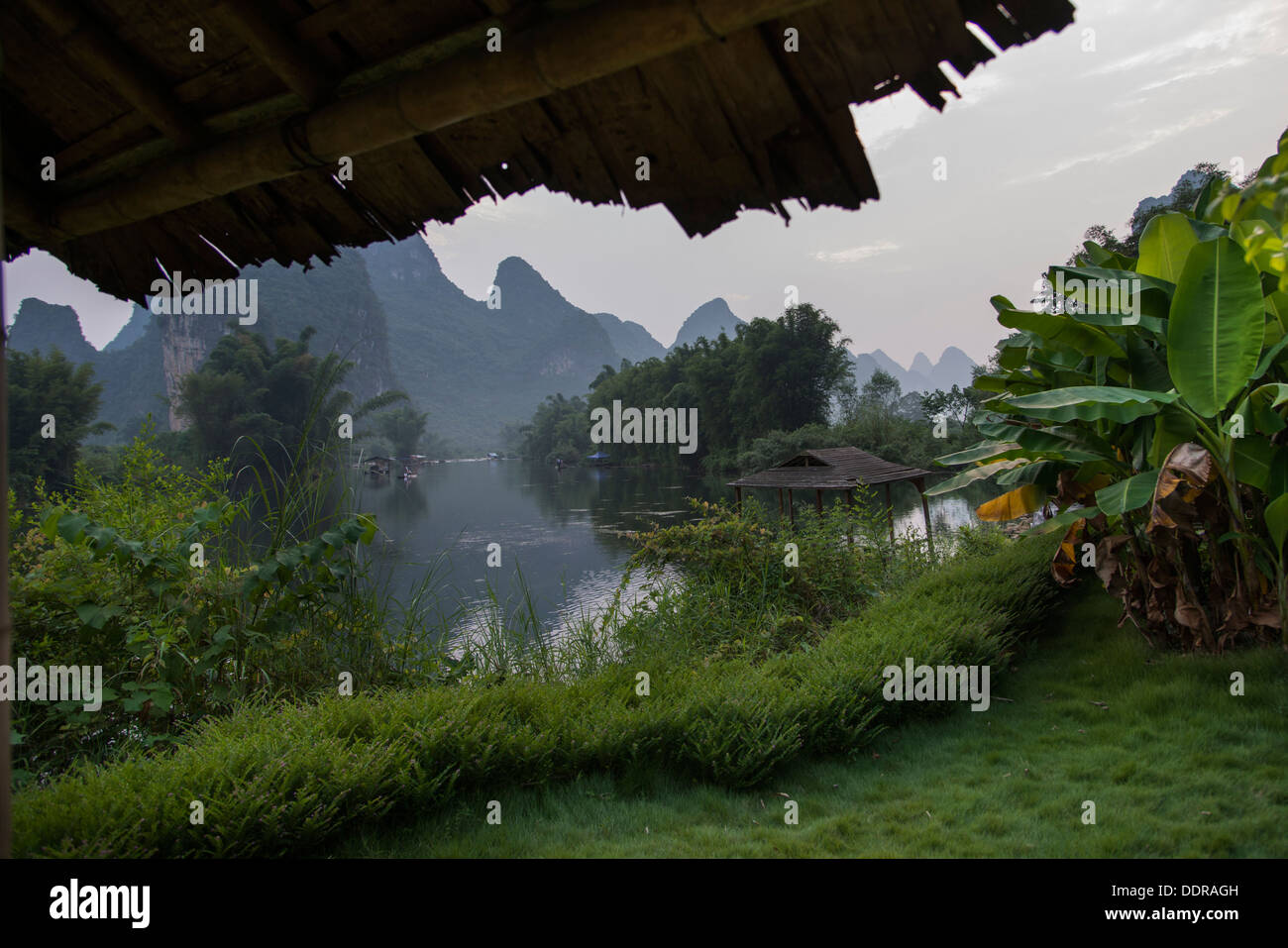 View of a river with mountains in the background, Yangshuo Mountain Retreat, Yangshuo, Guilin, Guangxi Province, China - Stock Image