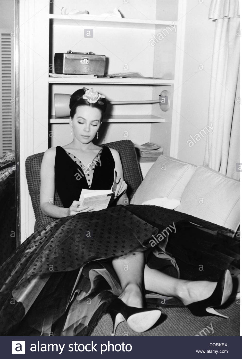Caron, Leslie, * 1.7.1931, French dancer and actress, full length, reading, 1960s, Additional-Rights-Clearances-NA - Stock Image