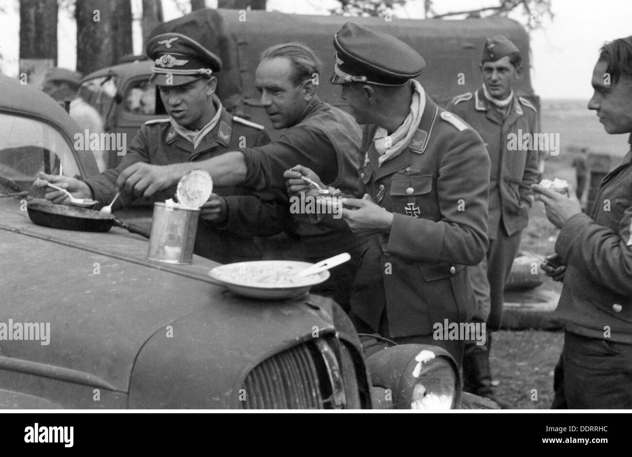 Second World War / WWII, Russia, 1941, German war correspondents during dinner, September 1941, journalist, journalists, propaganda company, soldiers, soldier, people, men, man, break, breaks, meal, meals, dinner, eating, eat, foodstuff, mess, provisions, tin, can, tins, cans, tinned food, canned food, halt, advance, Barbarossa Operation, German Invasion of the Soviet Union, Russian campaign, campaign in Russia, campaign in the East, Soviet Union, USSR, Union of Socialist Soviet Republics, German Reich, Third Reich, 1940s, 40s, 20th century, second, 2nd, world , Additional-Rights-Clearences-NA - Stock Image