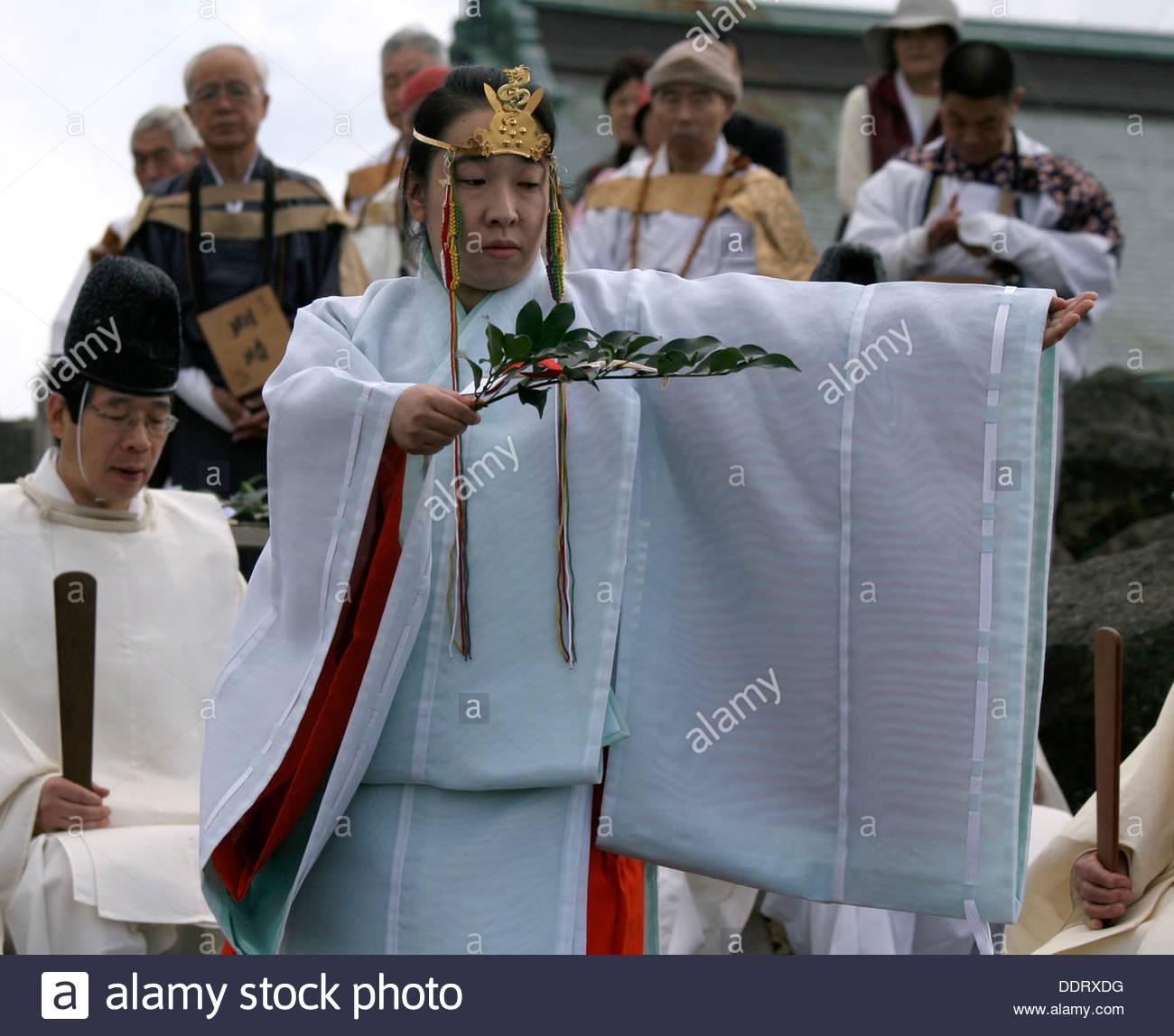 Shinto priestess, Shinto sacred fire ritual, Hakone, Japan, 2005. Artist: Eddie Ozaki Owen - Stock Image