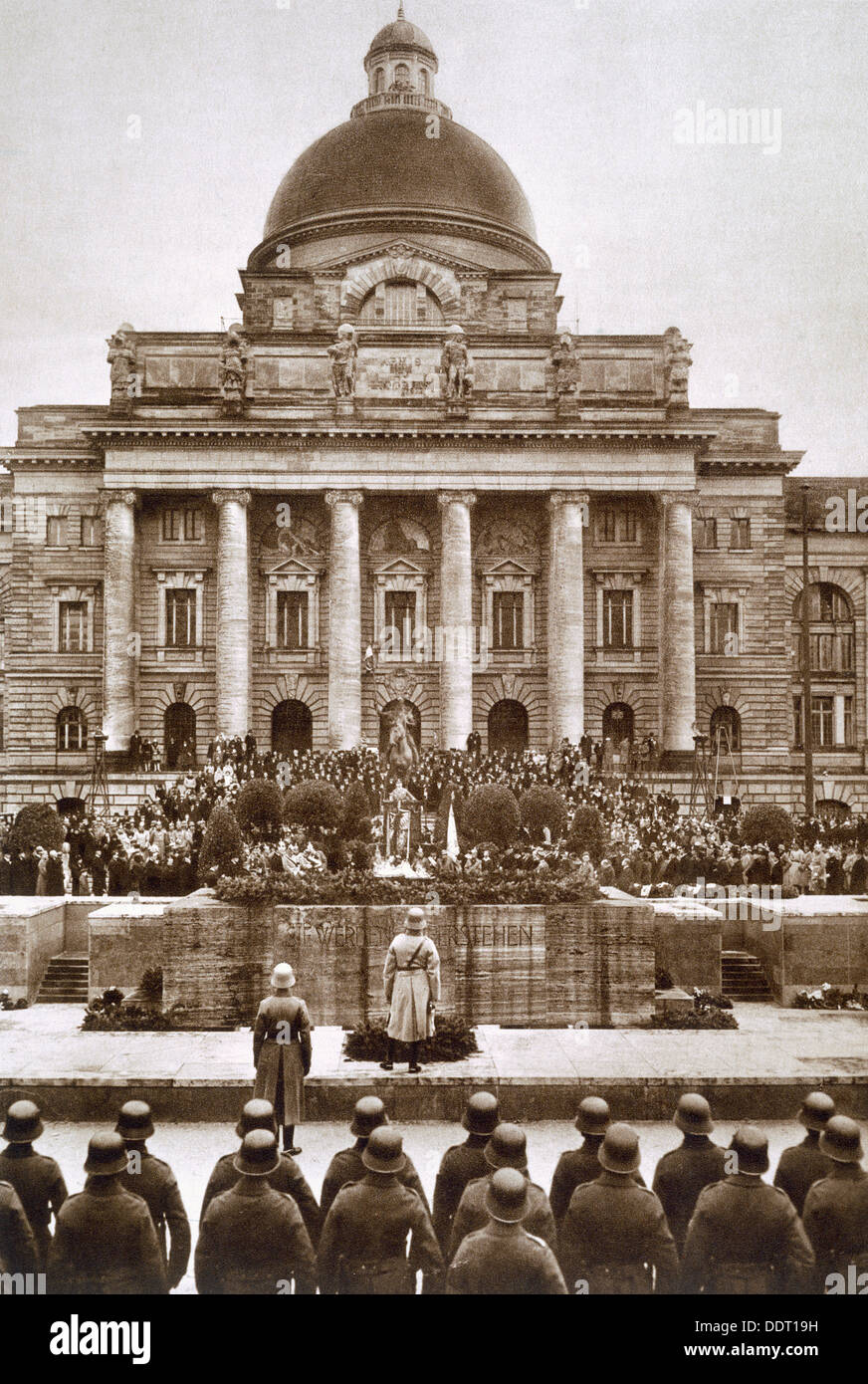Ceremony honouring the German war dead of WWI before the Army Museum in Munich, 1920s. Artist: Unknown - Stock Image