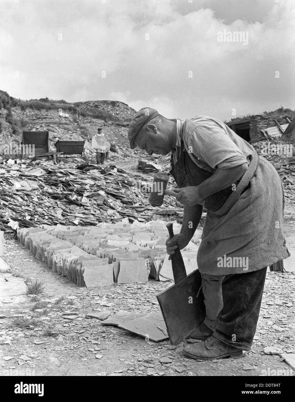 Dressing slate at Trebarwith Slate Quarry, Cornwall, 1959.  Artist: Michael Walters - Stock Image