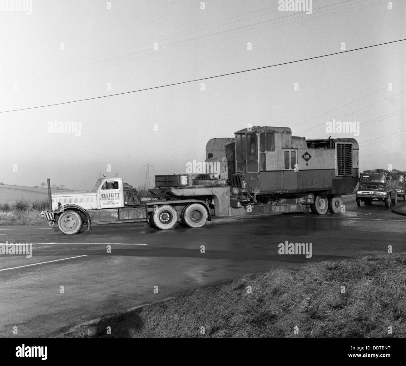 Early 1940s Diamond T truck pulling a large load, South Yorkshire, 1962. Artist: Michael Walters - Stock Image