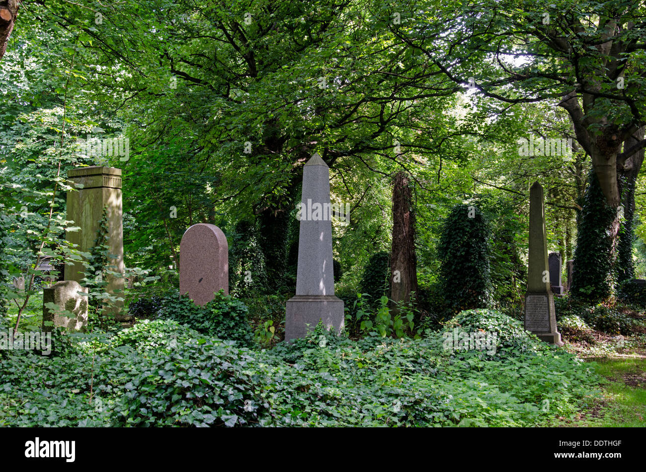 An overgrown and neglected area of Warriston cemetery in Edinburgh. - Stock Image
