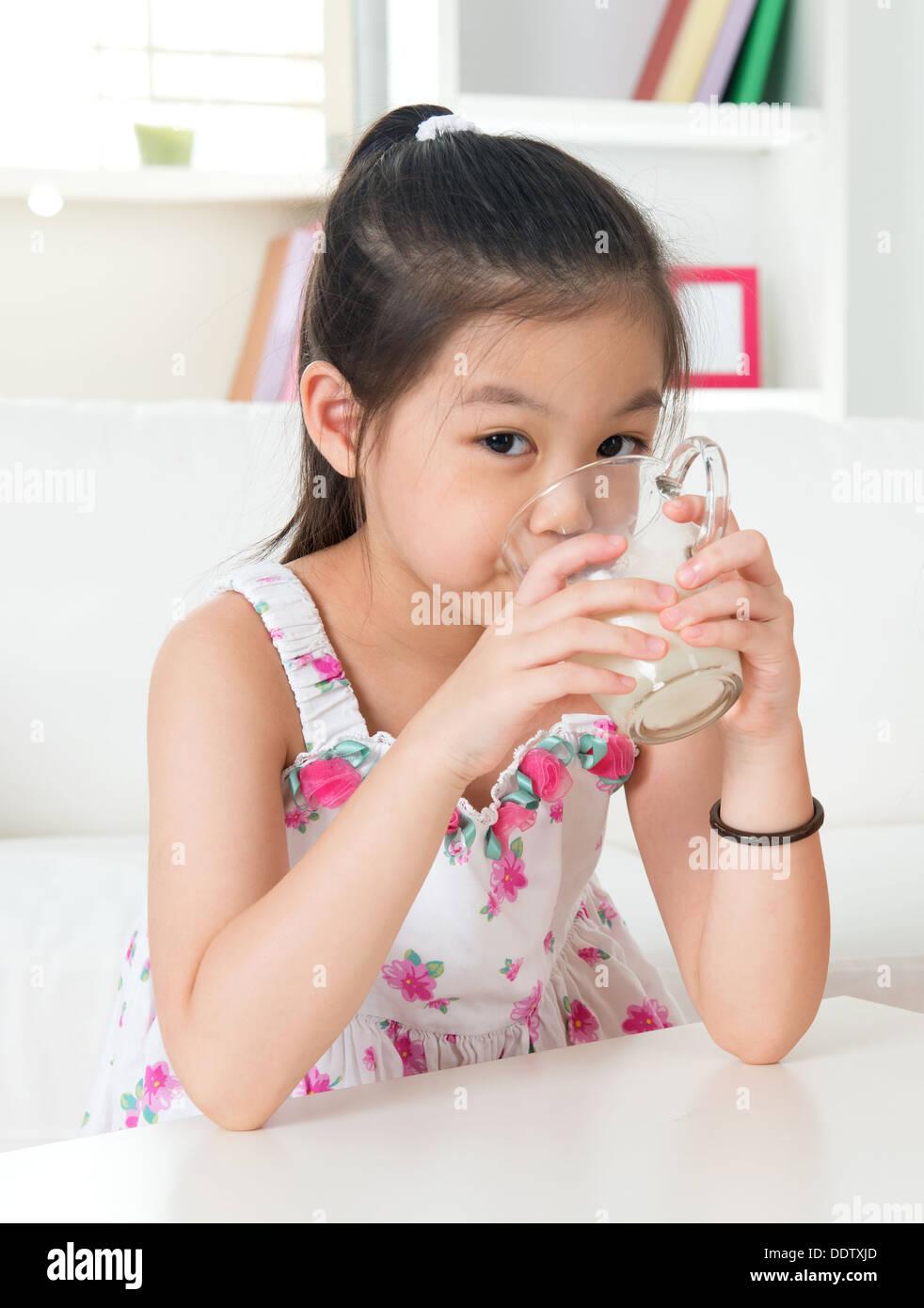 beautiful-asian-girls-drinking-milk