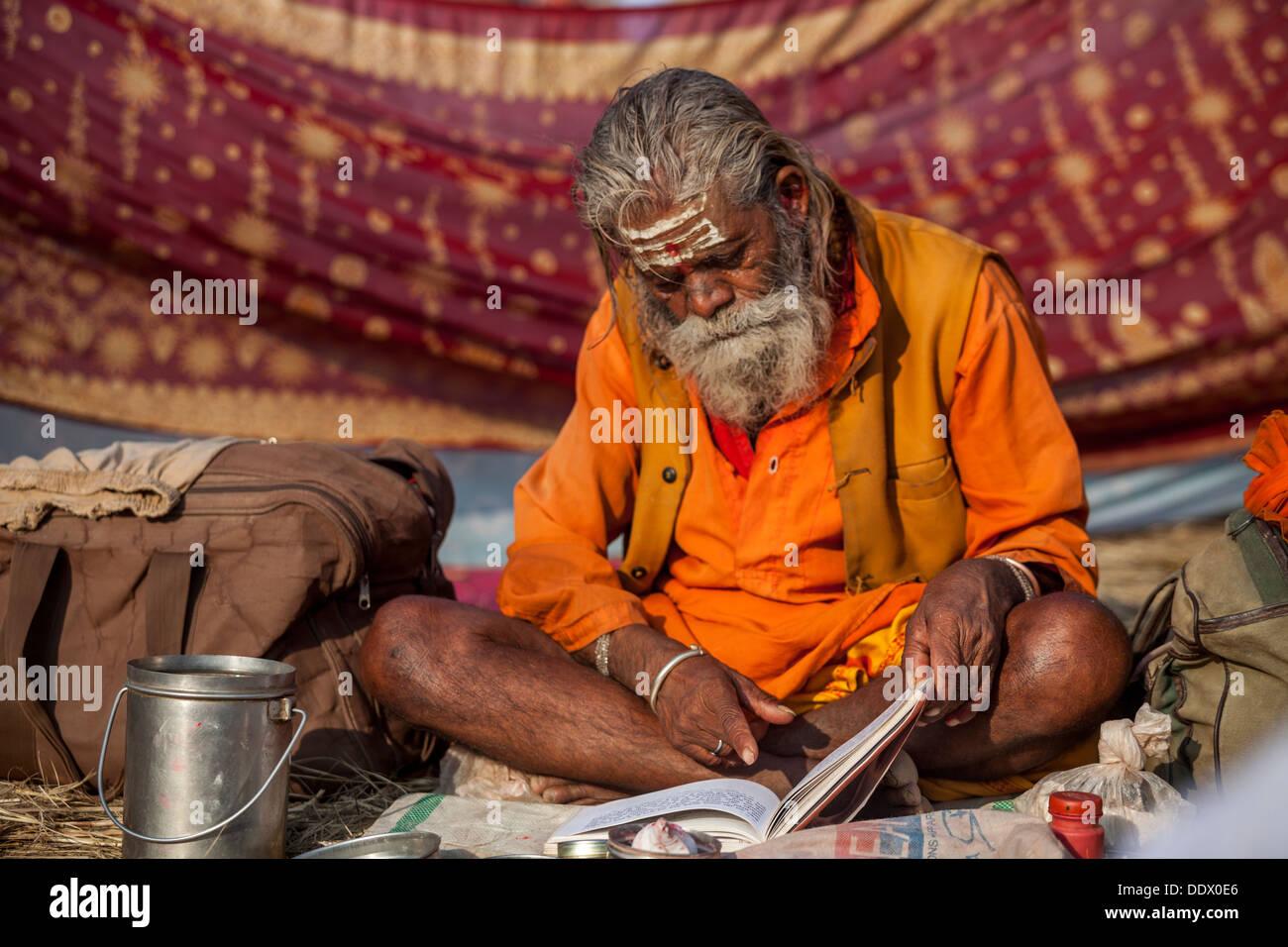 Naga Sadhu Portrait - The Great Renounce , reading a manuscript with mantras at the Kumbh Mella 2013 in Allahabad, India - Stock Image